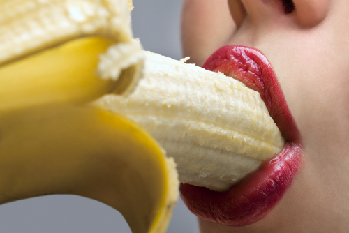 эротическое поедание банана